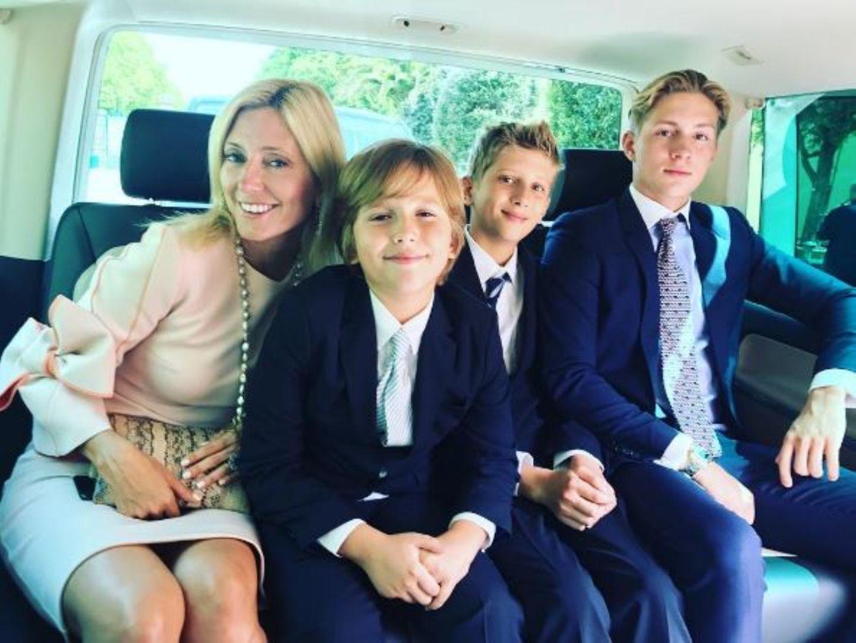 Zu dem Schloss gelangten die Gäste - wie auch Prinzessin Marie-Chantal von Griechenland mit ihren Prinzen-Söhnen Aristidis, Odysseas und Konstantinos - nicht etwa in Kutschen, sondern in Taxis. So traumhaft wie Cinderellas Ball sollte die Feier dennoch sein...