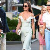 Was für ein Wow-Auftritt von Pippa Middleton in Wimbledon. In einem mintfarbenen Off-Shoulder-Kleid zeigt sie aber keineswegs die kalte Schulter, stattdessen strahlt die frisch verheiratete Schwester von Herzogin Catherine mit der Sonne um die Wette.