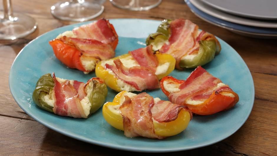 Köstliches Fingerfood: Frischkäse-Paprika-Schiffchen im Speckmantel