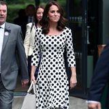 Als Herzogin Catherine in Wimbledon erscheint, zieht sie alle Blicke auf sich und ihr tailliertes Polka-Dot-Kleid.