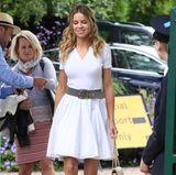 Weißes Kleid und süße Ballerinas: Das nennen wir mal einen gelungenen Tennis-Look! Damit punktest du bei uns gleich doppelt, liebe Louisa Warwick.