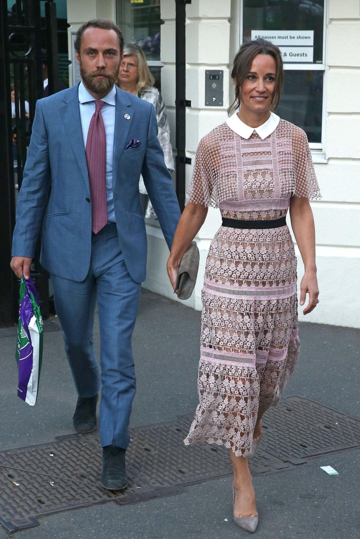 Schon am dritten Tag des Turniers legt Pippa einen modischen Glanzauftritt hin. Sie kommt in einem Kleid von Self-Portrait an der Seite ihres Bruders James Middleton daher und sieht darin einfach hinreißend aus.
