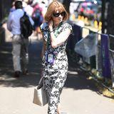 Auf dem Platz geht es vielleicht um Sport, nicht so jedoch bei den Zuschauern. Besonders bei Anna Wintour steht die Mode im Vordergrund. In ihrem Midi-Dress könnte sie glatt auf den Runway.