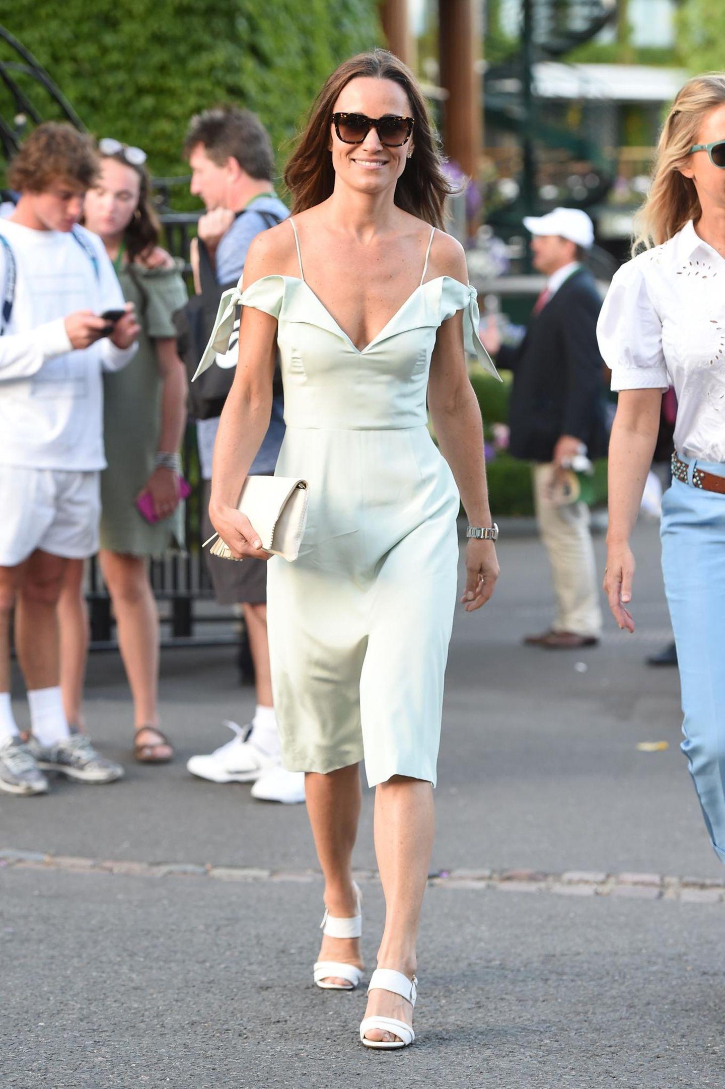 Pippa übertrifft sich am siebten Turniertag mit ihren Eyecatcher-Looks fast selbst. Im pastellfarbenen Drop-Shoulder-Kleid von Tephi ist sie der absolute Hingucker.