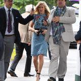 Als Ellie Goulding in ihr sommerliches Spitzenkleid schlüpfte, rechnete sie bestimmt nicht damit, dass es regnen soll. Ihr Look rund um die Gucci-Tasche sieht jedoch auch unter einem Schirm einfach toll aus.