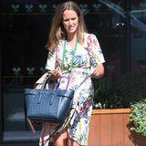 Ihre Riemensandaletten hat sie im gleichen Farbton wie das Kleid gewählt. Nur ihre Handtasche erscheint dazu nicht ganz so sommerlich.