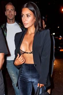 Auch wenn Kim Kardashian auf diesem Foto augenscheinlich versucht einen Nippelblitzer zu verhindern, lässt dieses Outfit nicht groß Platz für Phantasien - denn das It-Girl zeigt wirklich alles ...