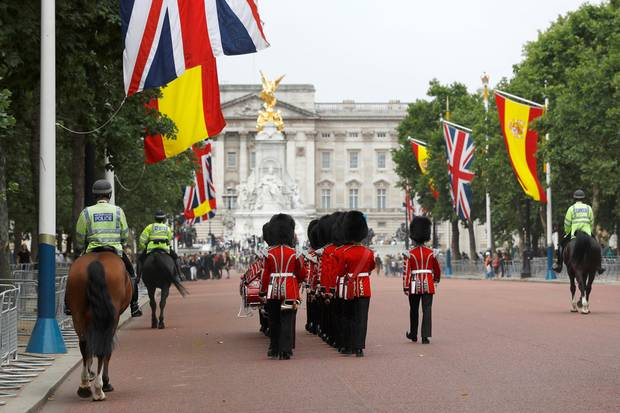 """In London laufen die Vorbereitungen auf den Staatsbesuch aus Spanien - """"The Mall"""", die große Prachtstraße, die auf den Buckingham-Palast zuläuft, ist schon mit den passenden Flaggen geschmückt."""
