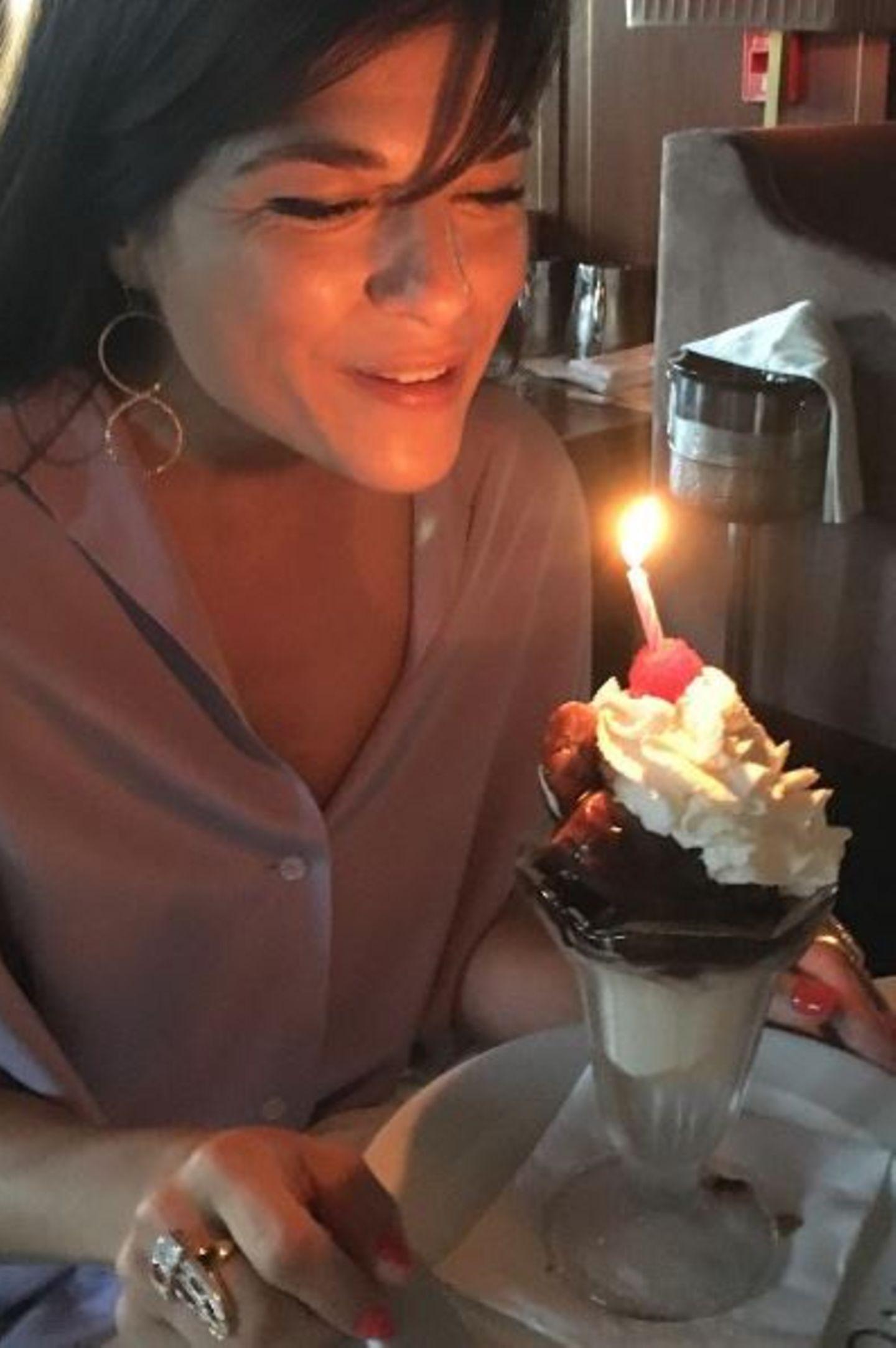 23. Juni 2017  Weil auf den Sahnehaufen keine 45 Kerzen passen, muss Selma Blair sich mit einer zufriedengeben. Glücklich über ihren Eisbecher scheint sie dennoch zu sein.