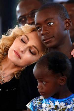 Einen Moment des Innehaltens benötigte Madonna bei der Eröffnung einer Krankenhaus-Kinderstation in Malawi, die sie mitfinanziert hat und die nach ihrer Tochter Mercy James benannt ist. Wie gut, dass sie dafür ihren Sohn David Banda bei sich hatte, an dessen Schulter sie sich lehnen konnte.