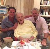 ... er zum ersten Mal nach acht Jahren seinen Großvater Kirk wiedersieht.  Papa Michael postet dieses Foto der drei Douglas-Generationen auf Facebook und gibt damit die herzzerreißend schöne Reunion bekannt. Toll!