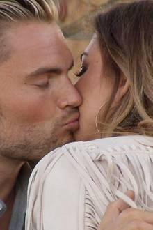 Johannes setzt zum Kuss an, doch Jessica hält nur ihre Wange hin.