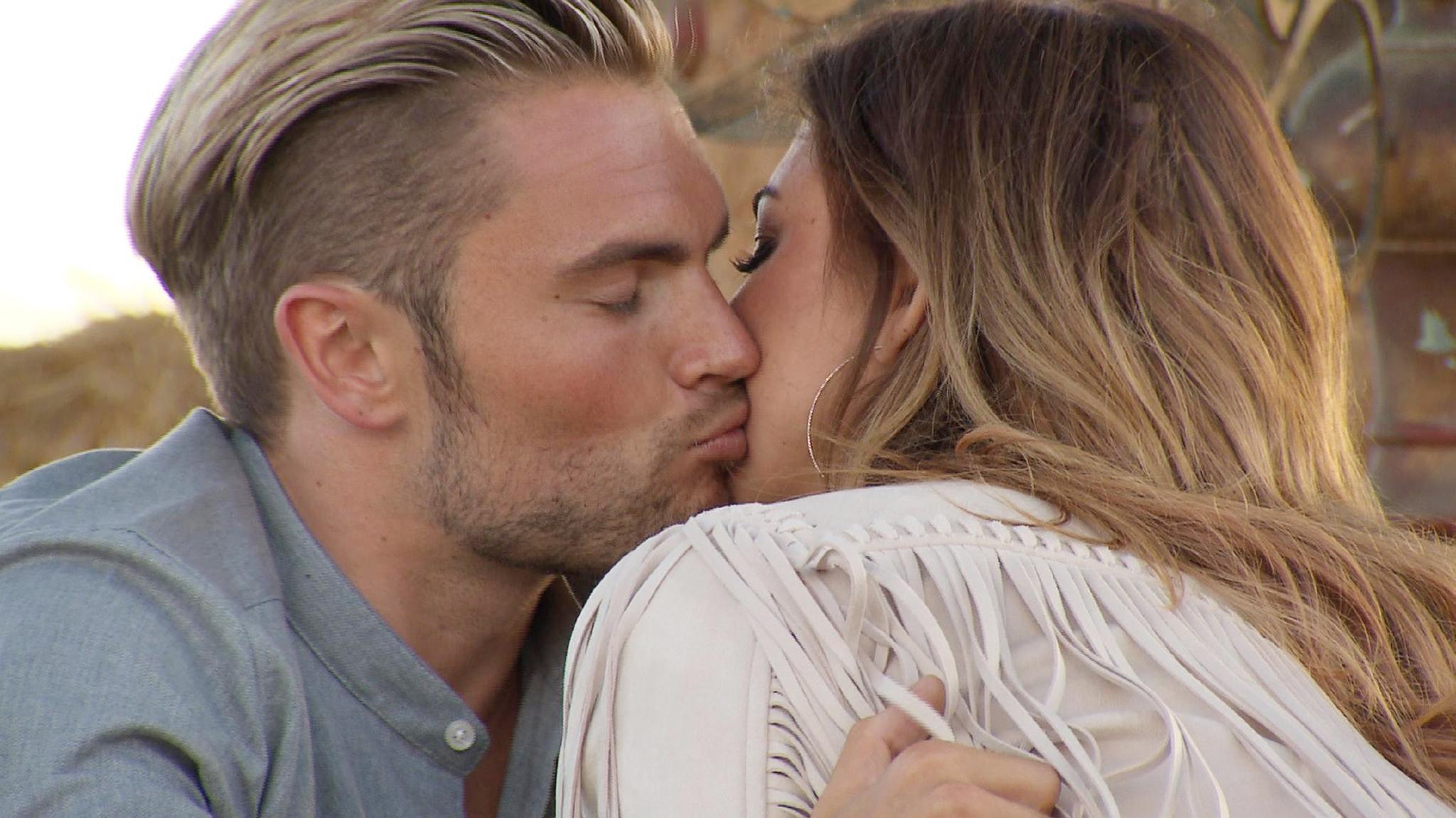 Johannes Setzt Zum Kuss An Doch Jessica Halt Nur Ihre Wange Hin