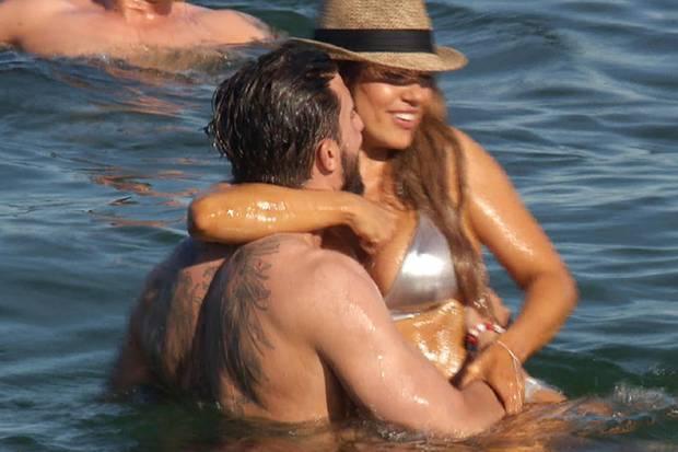 Jessica und Sebastian kommen sich im Meer näher.
