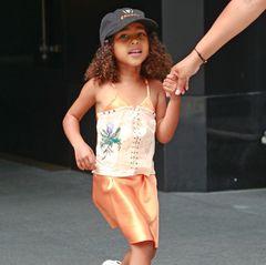 Für dieses Outfit ihrer Tochter muss Kim Kardashian viel Kritik einstecken. North ist in New York unterwegs und trägt auf ihrem pfirsichfarbenen Satinkleid ein Korsett. Auch wenn das Mieder mit der lila Blume nur ganz locker um ihre Taille gebunden ist, empfinden viele Fans das Kleidungsstück als unpassend für eine Vierjährige.  Die Kardashian-Schwestern machen auf ihren Social-Media-Profilen immer wieder Werbung für einen Taillentrainer, der wie ein Korsett aussieht.
