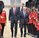 Während ihre Frauen sich am Rande unterhalten, sind König Felipe und Prinz Philip mitten im Geschehen und marschieren gemeinsam über den großen Platz.