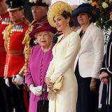 Nachdem alle Hände geschüttelt und alle Küsschen verteilt sind, haben die zwei Königinnen zum ersten Mal Zeit, sich miteinander zu unterhalten.