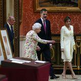 Nicht jeder kann von sich behaupten, einen royalen Museums-Guide zu haben. Felipe und Letizia aber schon. Sie werden von Queen Elizabeth nach dem Mittagessen durch die Picture Gallery geführt.