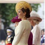 Dabei ist Königin Letizia ein Sonnenschein im doppelten Sinne: Sie versprüht beste Laune und sieht in einem gelben Look einfach strahlend schön aus.
