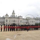 """Der erste Programmpunkt in London:Der Empfang des Königspaares am Horse Guards Parade. Vor einem Monat fand hier noch die berühmte """"Trooping the Colour"""" statt."""
