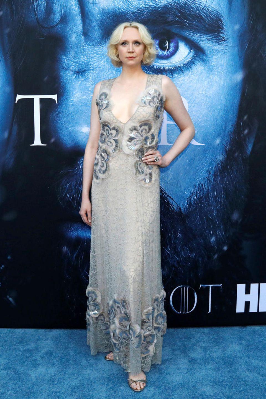 Im silbrig-floralen Spitzenkleid spielt Gwendoline Christie die kühle Blonde perfekt.