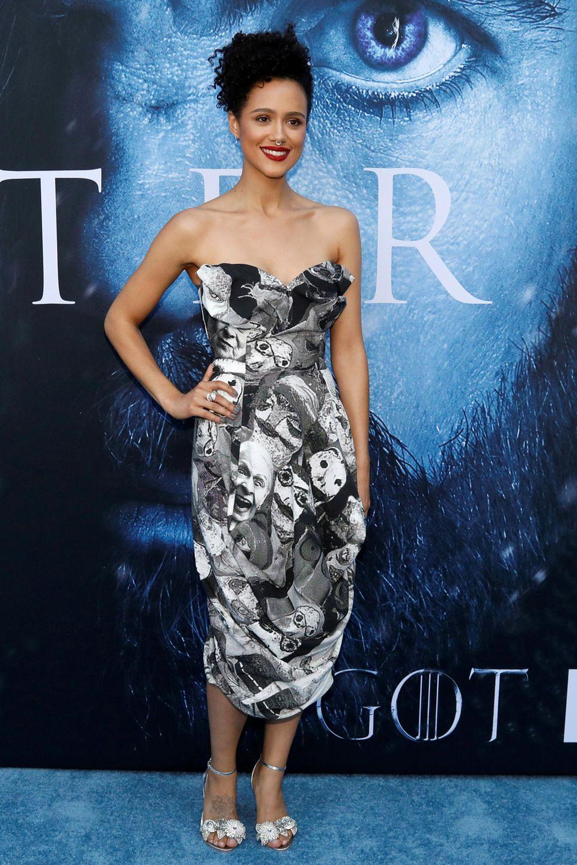 Im mit schwarz-weißen Porträts bedrucktem Buster-Kleid und rotem Lippenstift führt Nathalie Emmanuel das Fashion-Feld ganz vorne mit an. Das Kleid stammt aus dem Hause Vivienne Westwood.