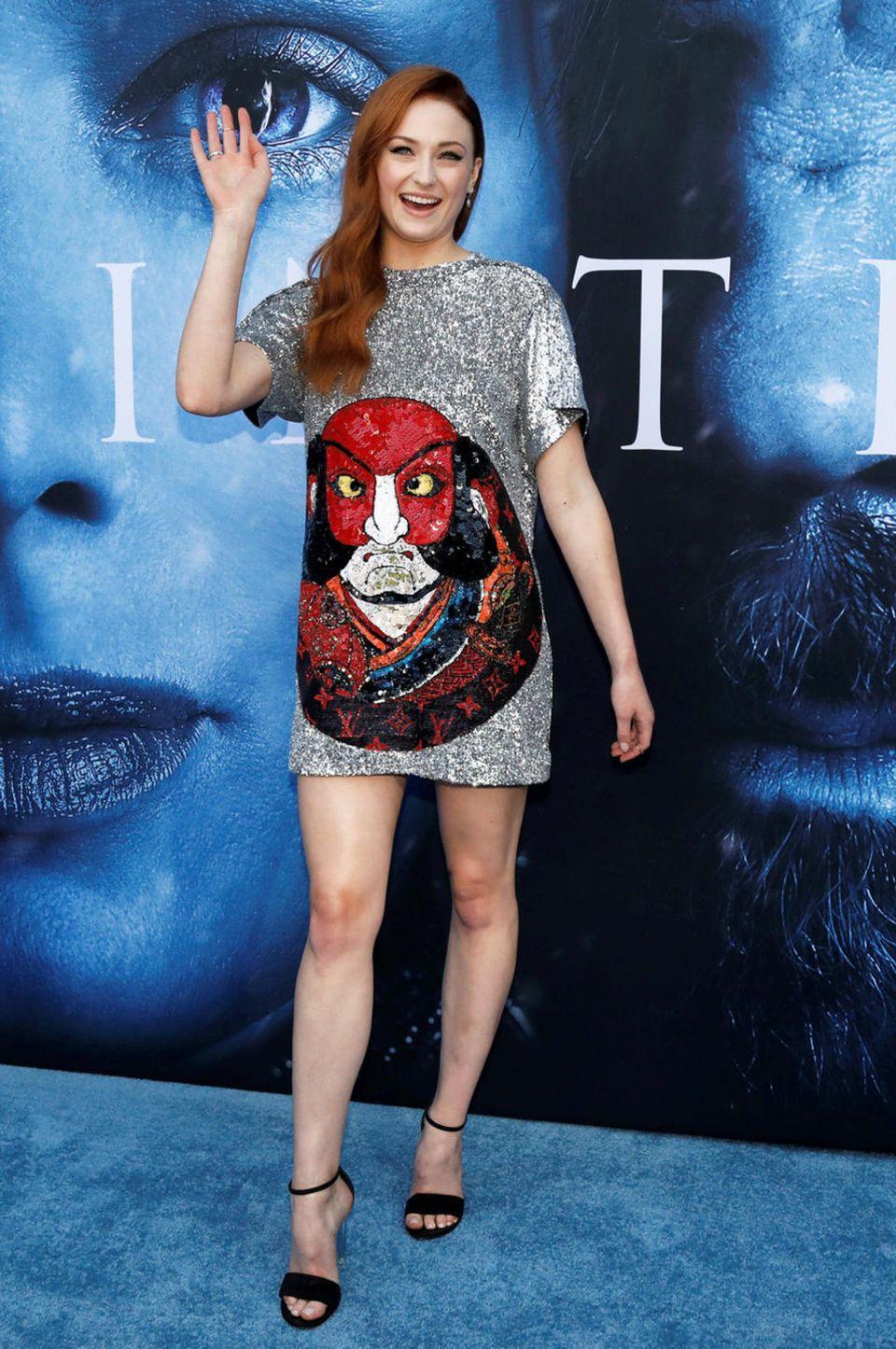 Kurz und gut! Eine bestens gelaunte Sophie Turner glitzert im witzigen Silberpailletten-Dress.