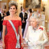 Man könnte fast meinen, dass sich die Königinnen mit ihren Outfits abgesprochen haben. Beide setzen auf die gleichen drei Farben und edle Stickereien.