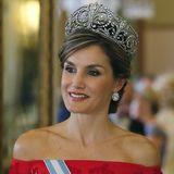 """Zum zweiten Mal in ihrem Leben trägt Königin Letizia das """"Fleur de Lys""""-Diadem. Dieses besondere Stück kommt durch ihren schulterfreien Look besonders gut zur Geltung."""