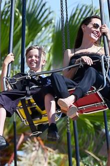 ... darf Shiloh im Doppel-Sessel mit Mama Angelina Platz nehmen.