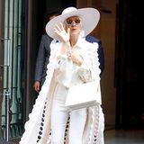 Ein Wow-Look ganz in Weiß! Celine Dion macht selbst aus Schlaghose und Bluse noch einen Hingucker, indem sie den Style mit diesem überlangen, gelochten Mantel kombiniert.