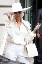 Bei genauerer Betrachtung wird deutlich, wie sehr Celine Dion jeden ihrer Looks perfektioniert. Zum dramatischen, weißen Outfit sind nicht nur Hut und Handtasche ebenfalls weiß, sondern auch Sonnenbrille und Schmuck. Dieser Style ist wirklich durchdacht.
