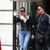 Selbst ein normaler Jeans-Look wird bei Celine Dion mit extravagantem Oberteil in schwarzem Leder und passenden Schnür-Boots noch etwas Besonderes.