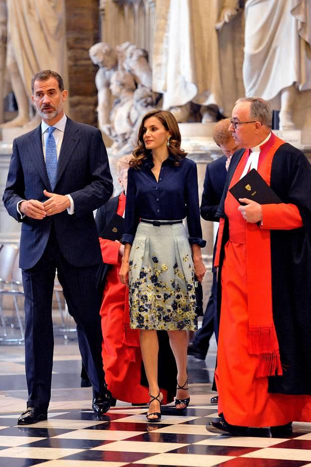 Während des Staatsbesuchs in England im Jahr 2017 entscheidet sich Königin Letizia für einen knielangen Blumenrock von Carolina Herrera und eine dunkelblaue Bluse von Felipe Varela. Vor zwei Jahren trug die spanische Königin das Outfit auch schon mehrfach... Genau in der Kombination!