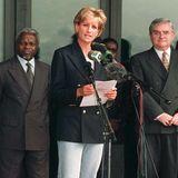 Schon Prinzessin Diana hat die Bequemlichkeit der Sportschuhe geschätzt. Sie trug bei einem Besuch in Angola 1997 eine dunkelblaue Variante.