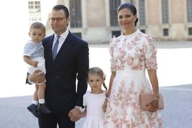 Grattis, liebe Victoria! Anlässlich ihres 40. Geburtstags zeigt sich Prinzessin Victoria mit ihrer Familie im Hof der Schlosskirche in Stockholm. In einem weißen Kleid mit rosa Blumenapplikationen und einer passenden Clutch besucht sie mit Ehemann Daniel und den beiden Kindern, Estelle und Oscar, den Gottesdienst.