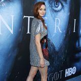"""Zur Premiere der siebten Staffel """"Game of Thrones"""" erschien Sophie Turner im knappen Glitzer-Kleid, High-Heels und perfektem Styling. Auch Hollywood-Stars sind eben nur Menschen."""