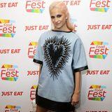 Ungewohnt sportiv im T-Shirt-Kleid zeigt sich Pixie Lott bei einem Event in London. Aber normalerweise kennen wir die Sängerin doch glamouröser ...