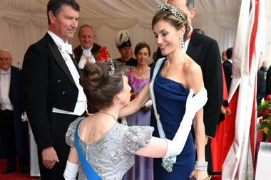 Prinzessin Anne empfängt Königin Letizia an der Guildhall mit einem perfekten Knicks:  Im mitternachtsblauen Kleid ging es zum zweiten Galadinner: Königin Letizia und König Felipe von Spanien sind an Tag zwei zum Galadinner von Andrew Parmley, Bürgermeister von London, in der Guildhall, geladen.