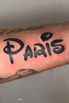 """Wow, dieser Liebesbeweis geht definitiv unter die Haut: Paris Hiltons Freund Chris Zylka hat sich den Namen seiner """"Märchenprinzessin"""" in Disney-Schrift auf den Arm stechen lassen. Wer's mag..."""