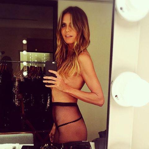Sexy! Vor einem Spiegel zeigt Heidi Klum, was sie hat