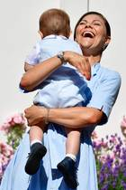 Der kleine Prinz Oscar bringt seine Mutter Prinzessin Victoria zum Lachen.