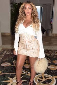 Einen Tag nachdem Beyoncé Knowles ihre Zwillinge auf Instagram präsentiert hat, können wir auch endlich einen Blick auf ihren heißen After-Baby-Body werfen. Für eine Date-Night mit Mann Jay-Z hat sich dieR'n'B-Sängerin einen Monat nach der Geburt mit einem korsettartigen Minirock und einer langärmeligen Blusen mit weitem Ausschnitt in Schale geworfen.