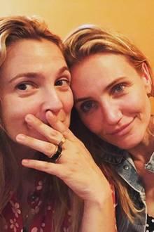 """Drew Barrymore und Cameron Diaz  Sie haben sich im Jahr 2000 bei den Dreharbeiten zu """"3 Engel für Charlie"""" kennengelernt und sind seitdem unzertrennlich. Die langjährige Freundschaft sieht man aber beiden Schauspielerinnen nicht an, sie scheinen sich seitdem kaum verändert zu haben."""