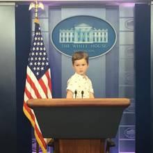 """14. Juli 2017  Sein Opa Donald Trump ist seit Januar der 45. Präsident der USA - ob Theodore Kushner ihm eines Tages folgen wird? """"Üben kann ich ja schon mal"""", scheint sich der dreijährige Sohn von Ivanka Trump und Jared Kushner zu denken und posiert im berühmtem """"James Brady Press Briefing Room"""" des Weißen Hauses wie ein ganz Großer."""
