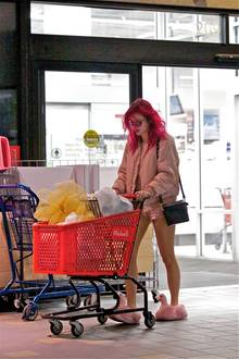 """15. Juli 2017  US-Serien-Star Bella Thorne (""""O.C. California"""", """"Scream"""") ist im Schweinchen-Rosa-Look in Los Angeles zum Einkaufen unterwegs. An den Füßen: Hausschuhe mit Flamingo-Kopf. Auf den Hüften: Ein XXS-Höschen, das eher in die Kategorie """"Nachtwäsche"""" gehört. Das zeigt der Blick nach hinten.."""