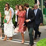 Achtung, Familie Modisch im Anmarsch! Ach ne, die heißen ja Middleton. Stylisch sind Pippa, Mama Carole und Bruder James dennoch. Besonders die Mutter von Herzogin Catherine fällt in ihrem roten Sommerkleid direkt ins Auge.