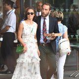 Aber auch Pippa geht garantiert nicht unter. Ihr Look rund um das weiße Maxi-Dress schreit nur so vor Sommer. Dafür sorgen zusätzlich die grüne Tasche von Tory Burch und die Bast-Wedges an ihren Füßen.