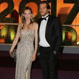 """Zu dem Dinner erscheinen auch Tommy Haas und Ehefrau Sara Foster. Sie folgen den Styling-Regeln der """"Black Tie"""" und geben das Glamour-Paar des Abends."""