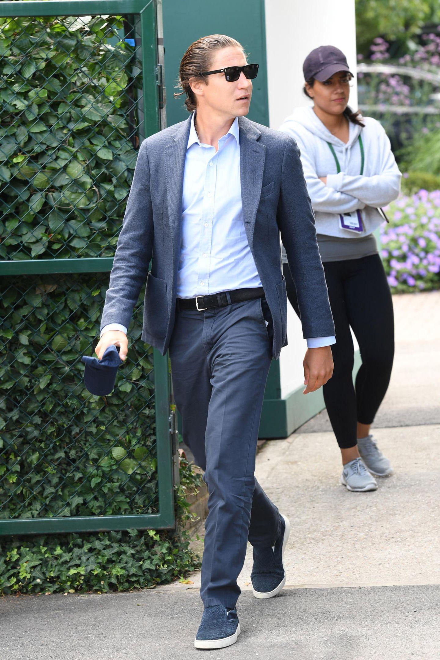 Vito Schnabel weiß, wie er einen klassischen Anzug-Look ganz einfach lässig aussehen lassen kann. Die schicken Lackschuhe tauscht er gegen Stoff-Slipper ein, die Krawatte lässt er gleich ganz weg und den Rest erledigt die coole Sonnenbrille.